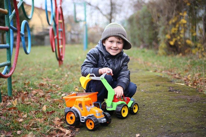 Ребенок с игрушками ТехноК
