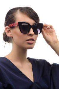 Девушка в солнцезащитных очках от Chanel
