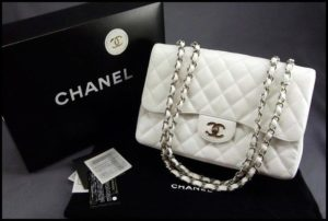 Стеганая бежевая сумка на цепочке от Chanel