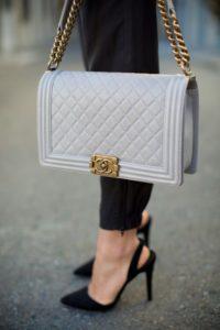 Стеганая голубая сумка на цепочке от Chanel