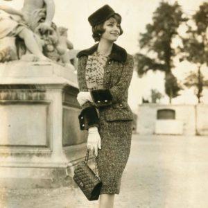 Модель в фирменном твидовом костюме от Chanel