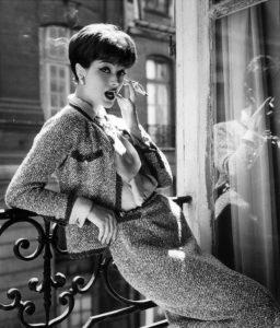 Модель в твидовом костюме от Chanel