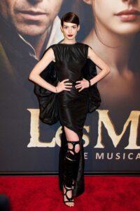Энн Хэтэуэй в платье Tom Ford
