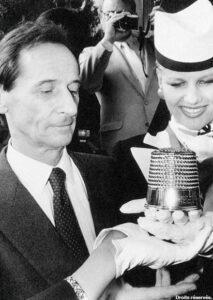 Марку Боану вручают премию «Золотой наперсток»