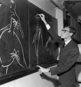 Ив Сен-Лоран рисует эскизы