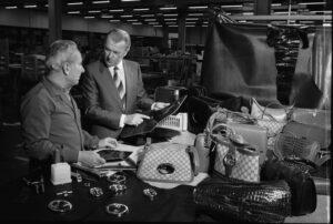 Альдо Гуччи на фабрике