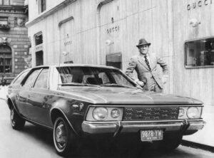 Альдо Гуччи возле автомобиля