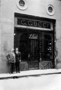 Гуччио Гуччи возле магазина Gucci