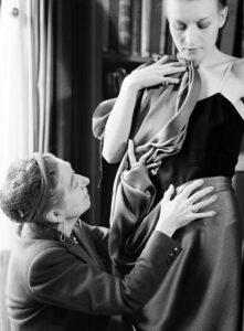 Жанна Ланвен драпирует ткань на модели