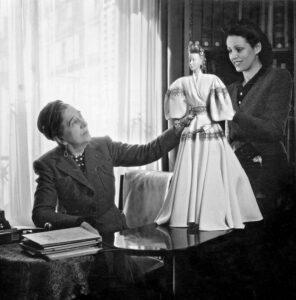 Жанна Ланвен примеряет наряд на манекен
