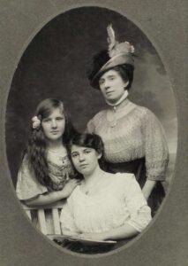 Жанна Ланвен с дочерью и Меделейн Меле