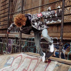 Скейтбордист в толстовке Ecko Unltd.