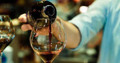 Вино льется в бокал