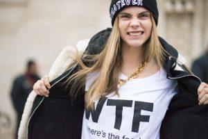 Кара Делевинь в футболке с надписью WTF
