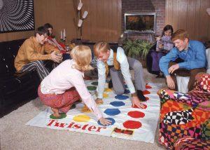 Молодежь играет в Twister